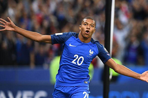 摩纳哥19岁的法国小将姆巴佩租借加盟巴黎圣日耳曼,买断费用高达1.8亿欧元。 (FRANCK FIFE/AFP/Getty Images)