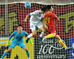 中國男足在武漢以1:0擊敗烏茲別克,繼續保留晉級2018世界盃希望。圖為兩隊在中國隊門前拼搶瞬間。 (STR/AFP/Getty Images)