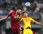 中國男足在客場2:1逆轉卡塔爾,但最終僅位居A組第五,再次無緣世界盃。圖為兩隊球員拼搶頭球瞬間。 (KARIM JAAFAR/AFP/Getty Images)