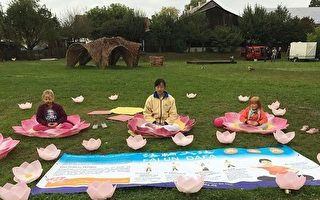 在諾馬克特市地兒童節活動上,學煉法輪功的孩子們絡繹不絕。(明慧網)