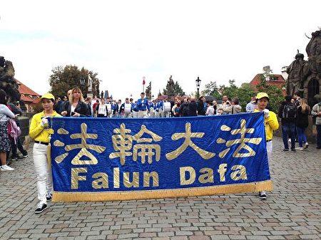 由法輪功學員組成的天國樂隊,游行队伍行进在查理大桥(明慧網)