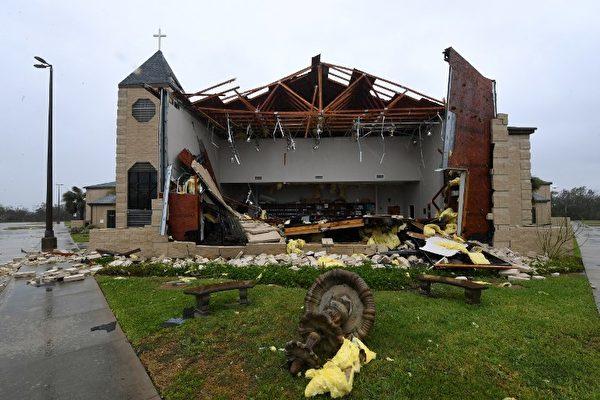 25日哈維作為4級颶風登陸地點德州羅克波特市(Rockport)。圖為該市一座被颶風損毀的教堂。(AFP PHOTO / MARK RALSTON)