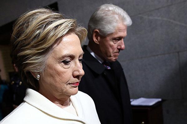 曾是川普競選對手的美國前國務卿希拉里成為被追蹤的焦點,不斷被曝出通俄的驚人內幕。有美媒反問說,這麼看來到底是誰在通俄?(Photo by Win McNamee/Getty Images)