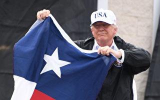 8月29日總統川普在德克薩斯州手持州旗為民眾加油。 (JIM WATSON/AFP/Getty Images)