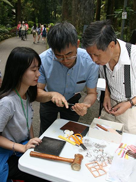 在台大实验林,叶发原指导民众DIY立体皮雕。(彭秋燕/大纪元)