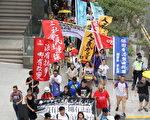 多個團體昨日發起遊行要求律政司司長袁國強下台,立即撤銷對所有示威者的檢控,以及立即釋放所有在囚社運人士。(蔡雯文/大紀元)