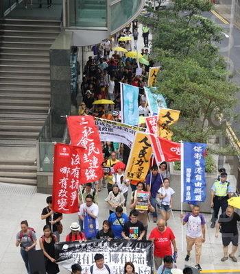 多个团体昨日发起游行要求律政司司长袁国强下台,立即撤销对所有示威者的检控,以及立即释放所有在囚社运人士。(蔡雯文/大纪元)