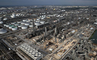 圖為8月30日休斯頓附近的煉油廠。(Win McNamee/Getty Images)