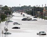 图为8月30日德克萨斯州休斯敦洪水淹没的街道。   (THOMAS B. SHEA/AFP/Getty Images)
