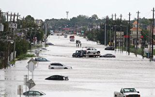 圖為8月30日德克薩斯州休斯敦洪水淹沒的街道。   (THOMAS B. SHEA/AFP/Getty Images)