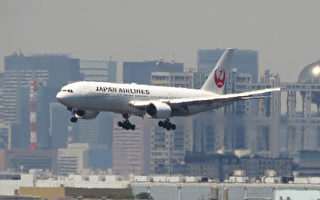 A Japan Airlines Boeing 777 approaches to land at Tokyo's Haneda airport on July 29, 2016. Japan Airlines said on July 29 its three-month net profit more than halved as savings from a decline in fuel costs could not make up for weak travel demand at home and abroad. / AFP / KAZUHIRO NOGI        (Photo credit should read KAZUHIRO NOGI/AFP/Getty Images)