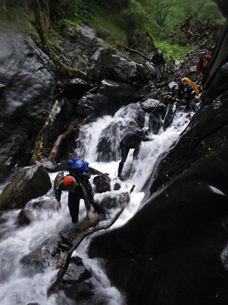 巡山員常遇湍急河域橫渡。 (羅東林管處提供)
