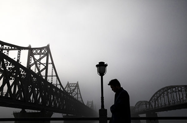 有中國學者表示中、朝已經不再是戰友,而且短期內兩國關係不會改善。中國、朝鮮的邊境貿易可能會首當其衝。(Kevin Frayer/Getty Images)