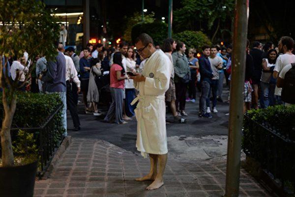 9月7日墨西哥南部发生发生强震。地震学家警告说,可能触发波幅超过三米(10英尺)的海啸。图为墨西哥城居民跑到街道上。(AFP PHOTO / Luis PEREZ)