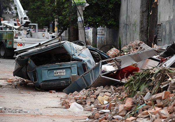 发生8.2级地震后,9月8日墨西哥城东部一条街上建筑坍塌。( AFP PHOTO / ALFREDO ESTRELLA)