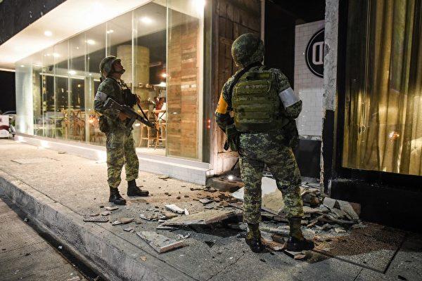 9月7日地震对维拉库兹港造成破坏,军人上街救灾。(AFP PHOTO / Victoria Razo)
