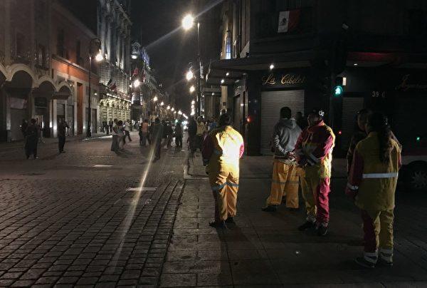 9月7日墨西哥发生地震,墨西哥城居民跑到街道上。(AFP PHOTO / ALFREDO ESTRELLA)