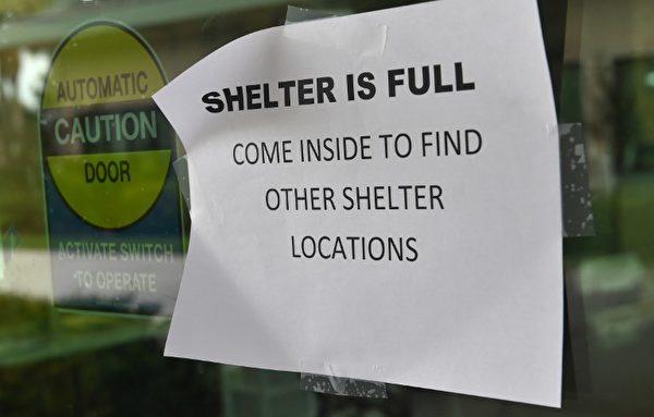2017年9月9日羅里達州科利爾縣那不勒斯(Naples)颶風庇護所門口張貼「所裡已經滿員」的通告。( AFP PHOTO / Nicholas Kamm)