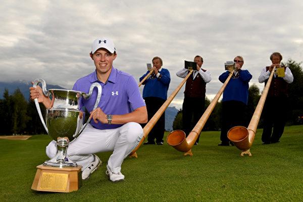 英国高球新星菲茨帕特里克经过三轮延长赛,赢得高尔夫球欧巡赛事——欧米茄欧洲大师赛的桂冠。(Stuart Franklin/Getty Images)