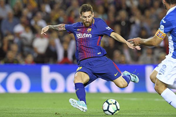 """凭借梅西的""""帽子戏法"""",巴萨在主场5:0大胜西班牙人。 (LLUIS GENE/AFP/Getty Images)"""