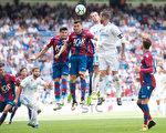 衛冕冠軍皇馬在主場被萊萬特1:1逼平。圖為雙方球員爭球瞬間。 (Denis Doyle/Getty Images)