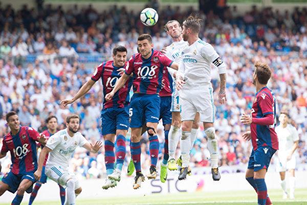 卫冕冠军皇马在主场被莱万特1:1逼平。图为双方球员争球瞬间。 (Denis Doyle/Getty Images)
