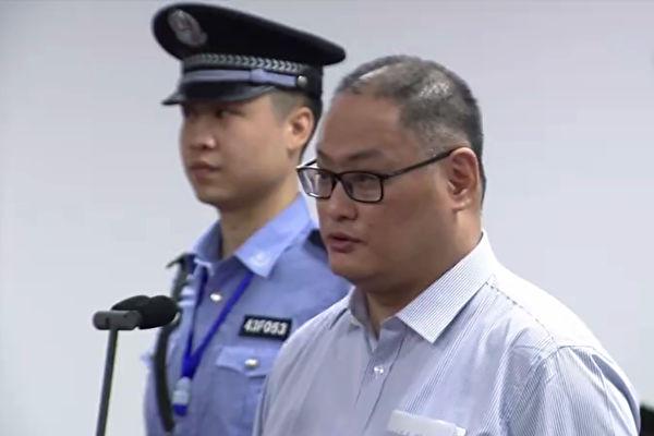 李明哲案11日开庭,法官宣布择期宣判,李明哲(右)现场还押。(AFP)