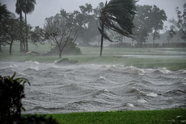 9月10日,佛罗里达州的彭布罗克松树(Pembroke Pines)地区到飓风艾玛的袭击。 (MICHELE EVE SANDBERG/AFP/Getty Images)