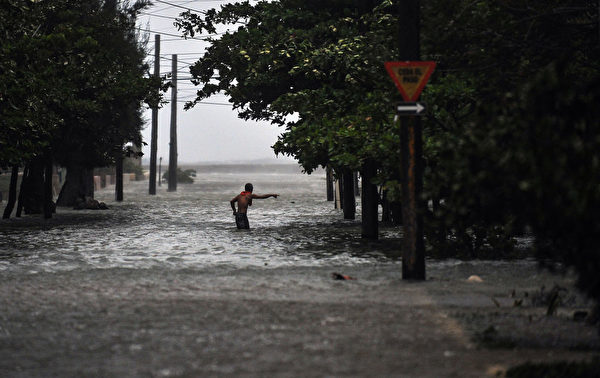 9月9日在艾瑪(Irma)颶風經過時,古巴首都哈瓦那街道淹水。 (YAMIL LAGE/AFP/Getty Images)