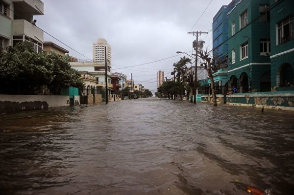 2017年9月9日艾玛(Irma)飓风造成古巴首都哈瓦那街道淹水。 艾玛通过古巴海岸线时减弱为三级,但风速依然高达每小时125英里(200公里)。(YAMIL LAGE/AFP/Getty Images)
