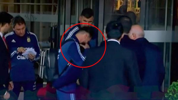 男孩被请回来后,梅西给了他一个温暖的大拥抱,安抚他方才受到惊吓的情绪。(视频截图/大纪元合成)