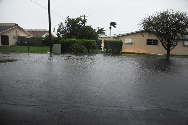 9月11日拍攝的照片顯示,受到艾瑪颶風影響的佛羅里達州哈蘭代爾(Hallandale)海灘的淹水區域。(AFP PHOTO / Michele Eve Sandberg)