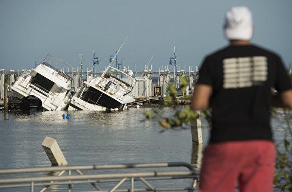 9月11日佛羅里達州邁阿密一個遊船碼頭的受損船隻。(AFP PHOTO / SAUL LOEB)