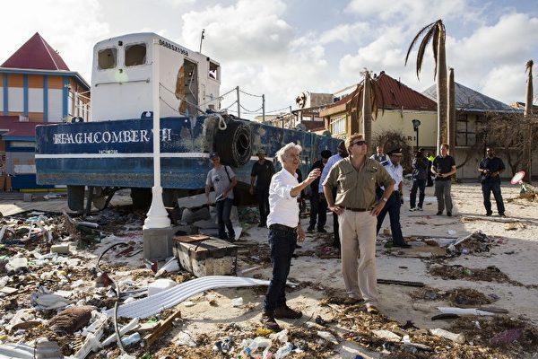 荷蘭國王威廉·亞歷山大(右)和內政部長拉德·帕特斯克(左)在颶風艾瑪重創聖馬丁島後,於9月12日前往該島視察。(AFP PHOTO / ANP / Vincent Jannink / Netherlands OUT)