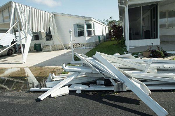 在佛羅里達州那不勒斯因艾瑪颶風受損的房屋。攝於9月11日。(AFP PHOTO / NICHOLAS KAMM)