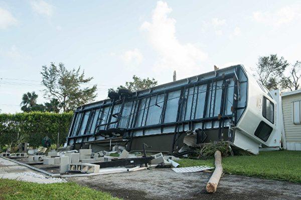 9月11日,艾瑪颶風襲擊佛羅里達後,佛羅里達州那不勒斯一輛翻倒的拖車。(AFP PHOTO / NICHOLAS KAMM)