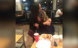 卡門在餐廳把食物送給婦人後,是讓她永生難忘的瞬間。(FB: Carmen Mendez/大紀元合成)