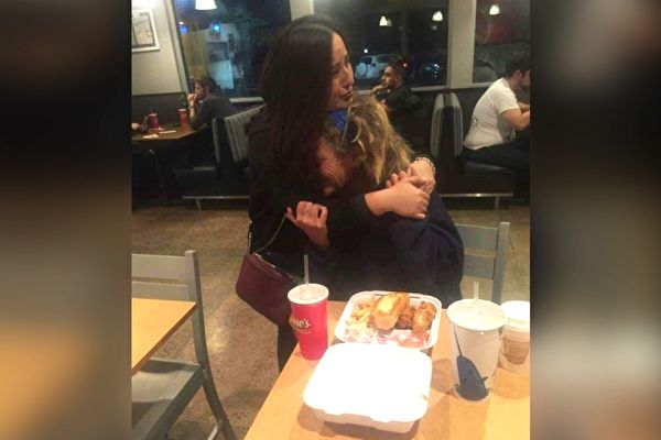 卡门在餐厅把食物送给妇人后,是让她永生难忘的瞬间。(FB: Carmen Mendez/大纪元合成)