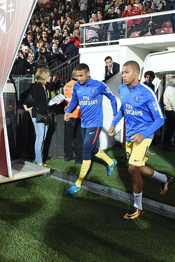 巴黎聖日耳曼引進內馬爾和姆巴佩(右)後,球隊實力大增。 (PATRICK HERTZOG/AFP/Getty Images)