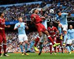 曼城在主場5:0大勝利物浦。圖為雙方爭球瞬間。 (Stu Forster/Getty Images)