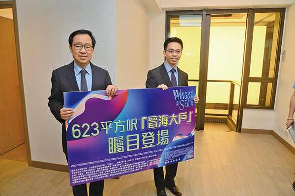 新地副董事总经理雷霆(左)表示,晋海是次开放示范单位为3房入门版,全区独有,项目如箭在弦,预计日内开价。(宋碧龙/大纪元)