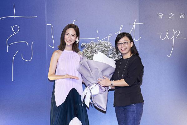 华研国际大中华区总裁何燕玲女士也送上曾之乔最喜欢的满天星花束,祝福乔乔如同满天闪烁的星,走出独一无二的美。(华研国际提供)