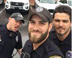 三位警员晒出夜班上工外出救援前的合照,不想引发网路风潮。(Facebook: Gainesville Police Department/大纪元合成)