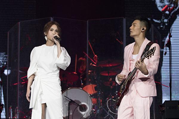 楊丞琳與李榮浩合唱歌曲《年輪說》。(華納音樂提供)