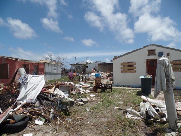 安巴国房屋遭到飓风艾玛严重损毁。( AFP PHOTO / Gemma HANDY)