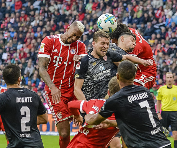 拜仁主场4:0击败美因茨。图为双方球员争球瞬间。 (GUENTER SCHIFFMANN/AFP/Getty Images)