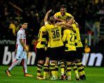 多特蒙德在主場5:0大勝科隆,登頂德甲積分榜。圖為多特球員慶祝進球。 (SASCHA SCHUERMANN/AFP/Getty Images)