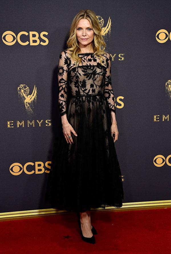 《欺诈圣手》主演米歇尔‧菲佛(Michelle Pfeiffer)走红毯。(Frazer Harrison/Getty Images)