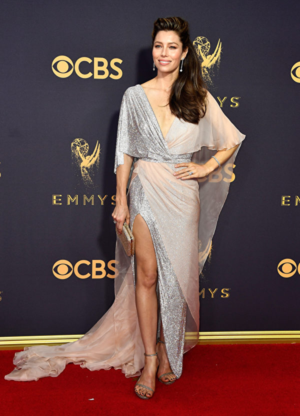 《罪人的真相》主演杰西卡·贝尔(Jessica Biel)走红毯。(Frazer Harrison/Getty Images)