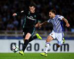 皇馬威爾士球星貝爾(左)利用自己的速度優勢,從外側超越,讓對手望球興嘆瞬間。 (David Ramos/Getty Images)